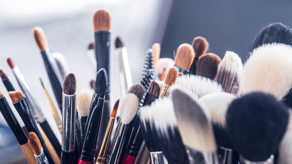 Viele verschiedene Schminkpinsel für Make-up