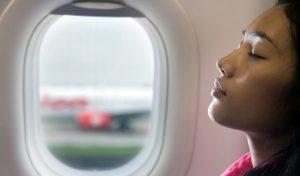 Schlafende Frau im Flugzeug