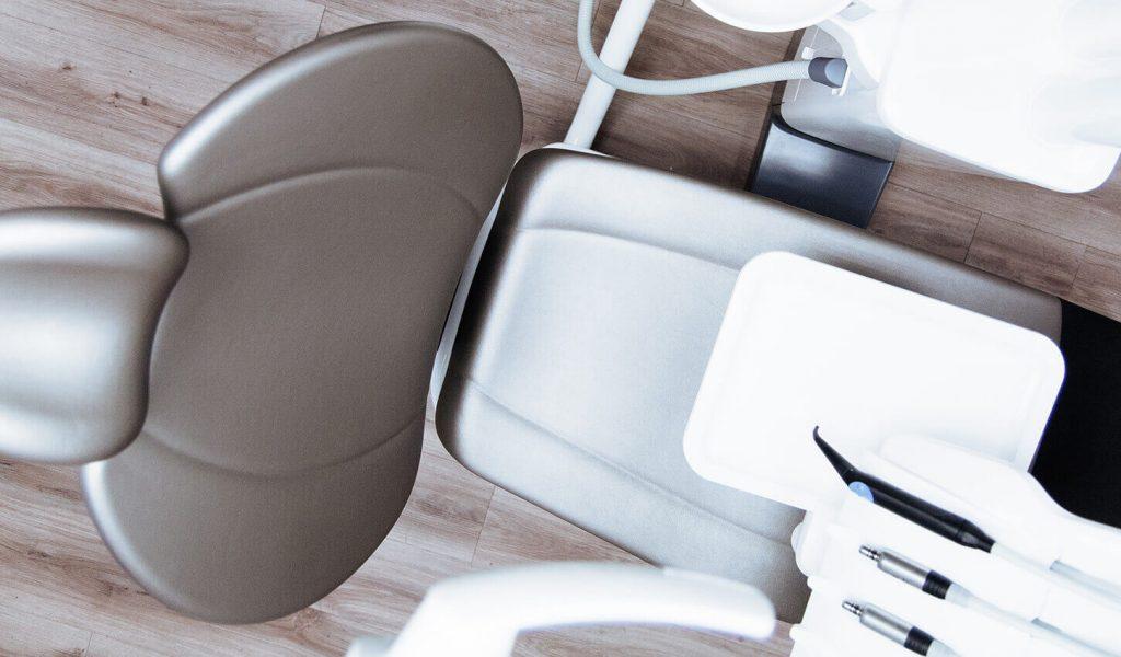 Zahnarztstuhl von oben leer