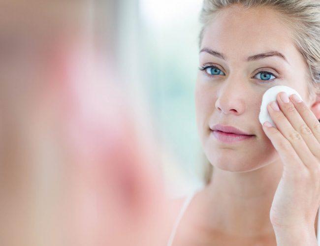 Frau schminkt sich ab mit Wattepad